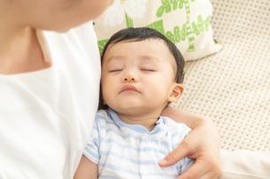 寝ている赤ちゃんを抱くママの写真素材 [FYI04626955]
