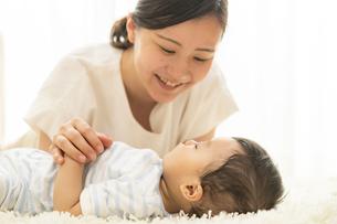 赤ちゃんの寝顔を見るママの写真素材 [FYI04626956]