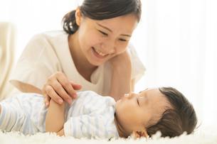 赤ちゃんの寝顔を見るママの写真素材 [FYI04626957]