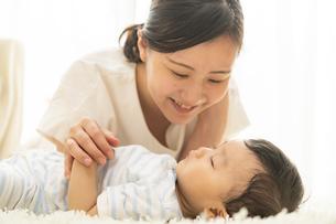 赤ちゃんの寝顔を見るママの写真素材 [FYI04626959]