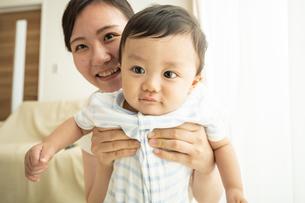 赤ちゃんとママの写真素材 [FYI04626960]