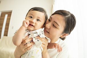 赤ちゃんとママの写真素材 [FYI04626962]