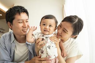 赤ちゃんと家族の写真素材 [FYI04626965]