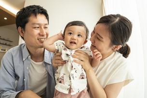 赤ちゃんと家族の写真素材 [FYI04626966]