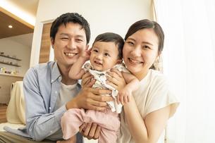 赤ちゃんと家族の写真素材 [FYI04626967]