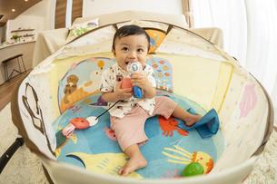 ベビードームで遊ぶ赤ちゃんの写真素材 [FYI04626969]