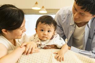 赤ちゃんと家族の写真素材 [FYI04626973]