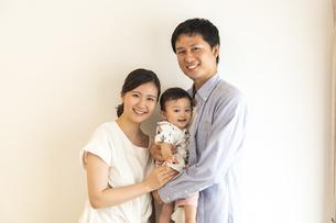 赤ちゃんと家族の写真素材 [FYI04626976]