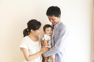 赤ちゃんと家族の写真素材 [FYI04626977]