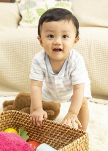 リビングで遊ぶ赤ちゃんの写真素材 [FYI04626981]