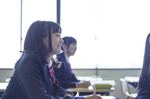 勉強する女子高生の写真素材 [FYI04627186]