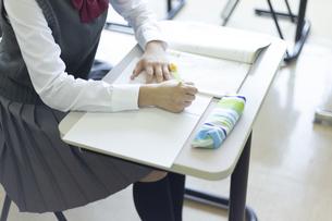 勉強する女子高生の写真素材 [FYI04627195]