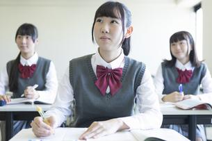 勉強する女子高生の写真素材 [FYI04627196]