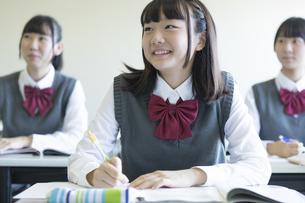 勉強する女子高生の写真素材 [FYI04627198]
