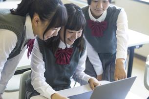 勉強する女子高生の写真素材 [FYI04627212]