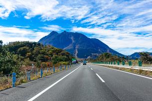 大分自動車道から紅葉シーズンの由布岳(由布岳パーキングエリア付近)の写真素材 [FYI04627321]