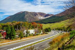 由布岳パーキングエリアからの紅葉(大分自動車道)の写真素材 [FYI04627323]