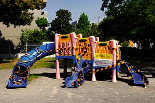 コロナウイルスの影響で使用が禁止になった公園の子供用の遊具の写真素材 [FYI04627435]