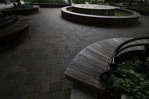 都会の広場の人の居ないベンチの写真素材 [FYI04627441]