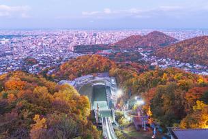 秋色の山々と街の写真素材 [FYI04627467]