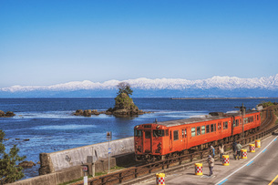 富山県 雨晴海岸の写真素材 [FYI04627490]