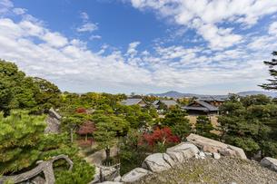 京都二条城 天守閣跡から眺める本丸御殿の写真素材 [FYI04627656]