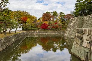 京都二条城 西橋から眺める内堀と庭園の写真素材 [FYI04627658]