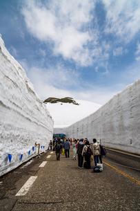 雪の大谷の写真素材 [FYI04627761]
