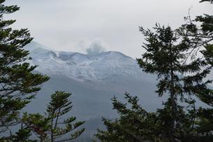 初冠雪の秋の山頂 十勝岳の写真素材 [FYI04627778]