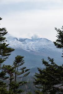 初冠雪の秋の山頂 十勝岳の写真素材 [FYI04627780]