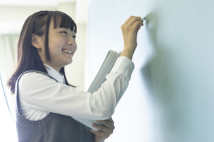 黒板に書く女子高生の写真素材 [FYI04627836]