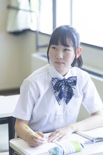 勉強する女子高生の写真素材 [FYI04627845]