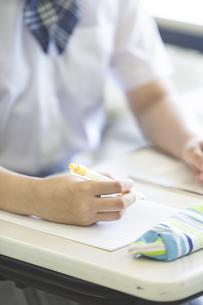 勉強する女子高生の写真素材 [FYI04627865]