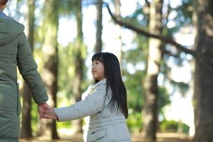 親と手をつなぐ少女の写真素材 [FYI04627893]