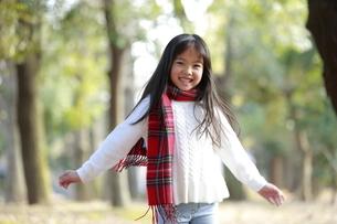 赤いチェックのマフラーを身に付けた女の子の写真素材 [FYI04627905]