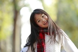 赤いチェックのマフラーを身に付けた女の子の写真素材 [FYI04627906]