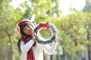 クリスマスリースを持った赤いベレー帽の少女の写真素材 [FYI04627908]