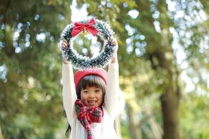 クリスマスリースを持った赤いベレー帽の少女の写真素材 [FYI04627914]