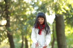 赤いチェック柄のマフラーをつけた少女の写真素材 [FYI04627949]