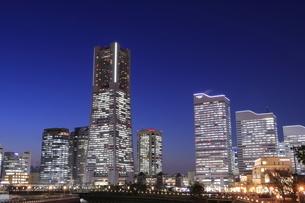 みなとみらいの高層ビル群の夜景の写真素材 [FYI04628165]