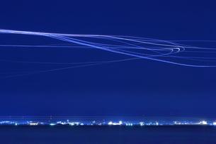 羽田空港に着陸する飛行機の光跡の写真素材 [FYI04628192]