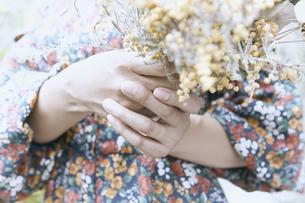 フォトジェニックな雰囲気のドライフラワーを持つ女性の手の写真素材 [FYI04628291]