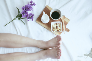 爽やかな窓辺と女性の足の写真素材 [FYI04628297]