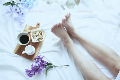 爽やかな窓辺と女性の足の写真素材 [FYI04628298]