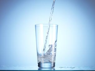 グラスに水を注ぐ瞬間の写真素材 [FYI04628365]