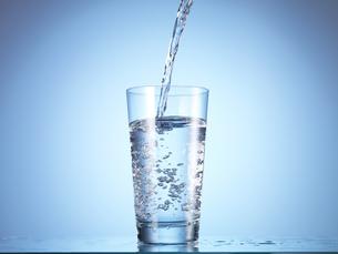 グラスに水を注ぐ瞬間の写真素材 [FYI04628368]
