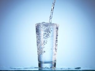 グラスに水を注ぐ瞬間の写真素材 [FYI04628369]