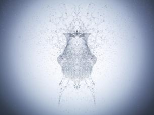 白い背景の水の塊が弾ける瞬間の写真素材 [FYI04628392]