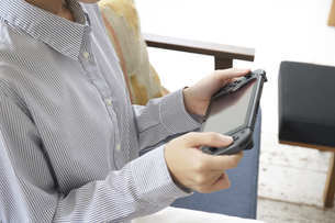 ゲームで遊ぶ若い女性の手元の写真素材 [FYI04628396]