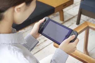 ゲームで遊ぶ若い女性の手元の写真素材 [FYI04628397]